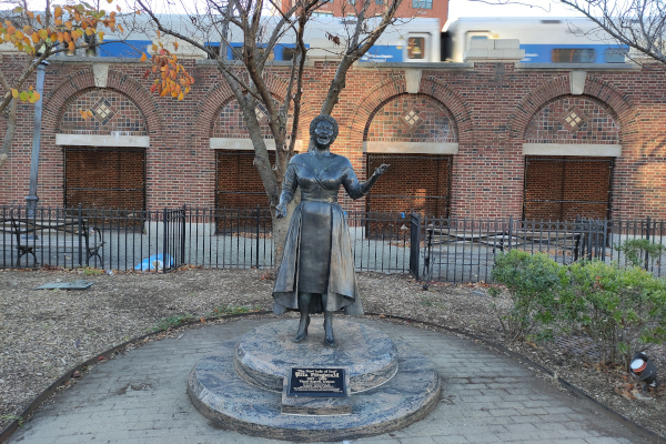 The-First-Lady-of-Jazz-Ella-Fitzgerald-Sculpture-in-Yonkers-NY-WWP