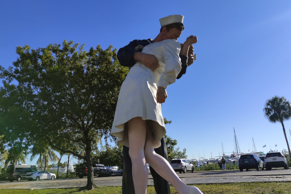 Unconditional-Surrender-The-Story-Behind-The-Statues-and-Photos-WWP